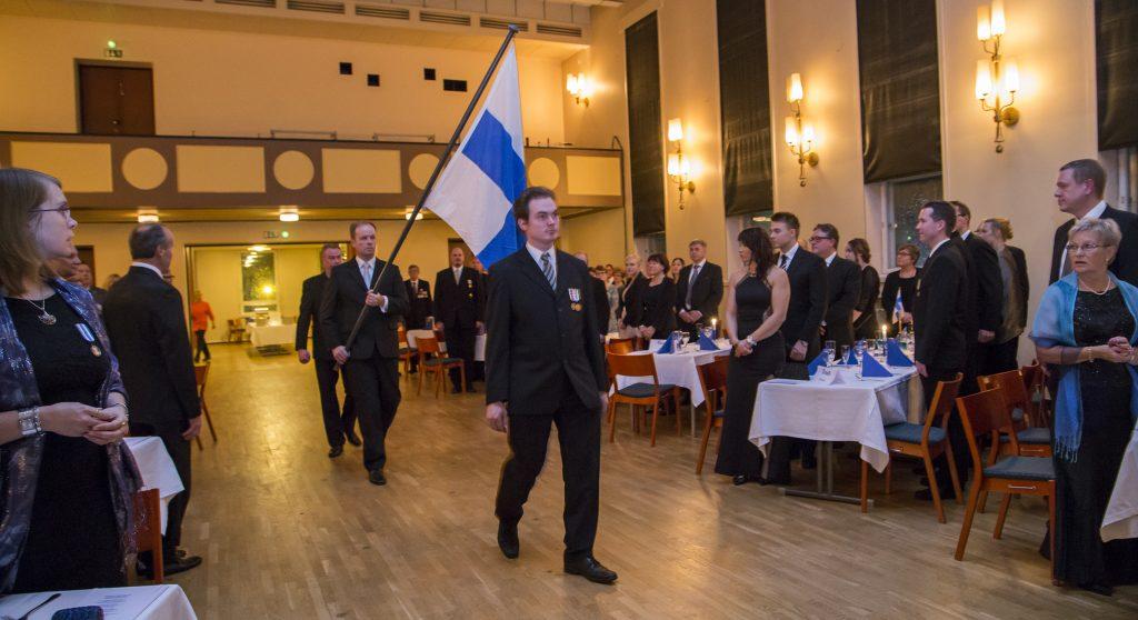 Suomen lippu saapuu