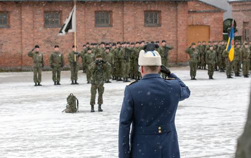 Puolustusvoimien komentaja tervehtii paraatijoukot.