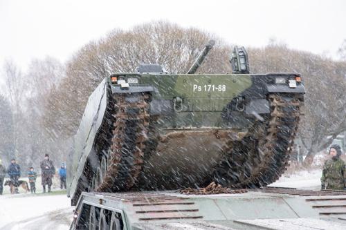 Panssarivaunu ajaa kuljetuslavetille.