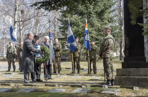 Seppeleen laskijoina toimivat  sotaveteraani myös Lapinsodasta Aarre Palin Sotaveteraani Ilmari Halinen Puolustusvoimien tutkimuslaitokselta esikuntapäällikkö everstiluutnantti Pertti Yrjölä